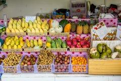 Gatan shoppar med frukt Royaltyfria Bilder