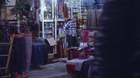 Gatan shoppar med traditionell maroccokläder övergående folk arkivfilmer