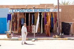 Gatan shoppar på M'Hamid El Ghizlane Arkivbilder