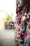Gatan shoppar sälja celebrati för bröllop för souvenirminnesvärda ting kunglig Arkivfoton