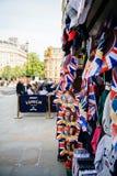 Gatan shoppar sälja celebrati för bröllop för souvenirminnesvärda ting kunglig Arkivbild