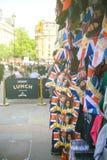 Gatan shoppar sälja celebrati för bröllop för souvenirminnesvärda ting kunglig Fotografering för Bildbyråer