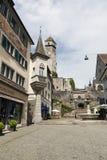Gatan som leder stigande till en slott Arkivfoto