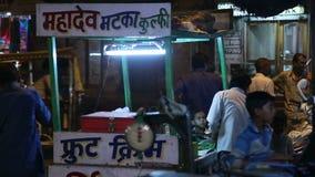Gatan står i Jodhpur, med medel som passerar i bakgrund arkivfilmer