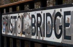 Gatan undertecknar in Bristol på en bro royaltyfri fotografi