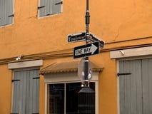 Gatan undertecknar in den franska fjärdedelen för New Orleans ` Royaltyfri Bild