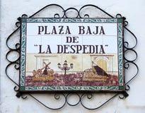 Gatan undertecknar in lågt fyrkanten av den Andalusian byn Arkivbilder