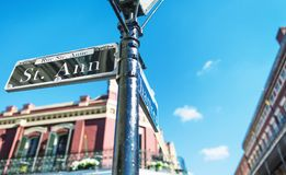 Gatan undertecknar in New Orleans royaltyfri bild