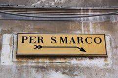 Gatan undertecknar in Venedig med riktningar till fyrkanten av St Mark Royaltyfri Foto