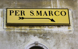 Gatan undertecknar in Venedig med riktningar till St Mark Royaltyfri Bild