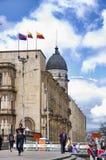 Gataplats av folk som går i Bogota Colombia Royaltyfri Fotografi