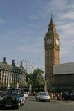Gataplats i London med den Londons taxin och Big Ben. Stora Brita Arkivbild
