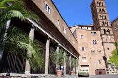 Gataplats i Rome och typisk arkitektur royaltyfri fotografi