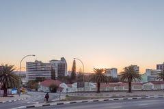 Gataplats med byggnader på solnedgången i Windhoek Royaltyfri Bild