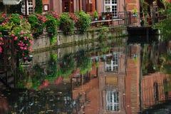 Gataplats med den Lauch floden i Colmar, Frankrike Arkivbilder