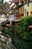 Gataplats med den Lauch floden i Colmar, Frankrike Arkivbild