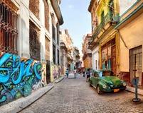 Gataplats med en gammal rostig amerikansk bil royaltyfri bild