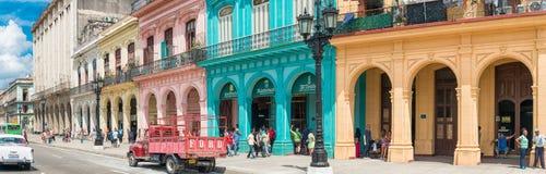 Gataplats med folk i gammala Havana Royaltyfri Foto