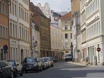 Gataplats med parkerade bilar i Gorlitz, Tyskland Arkivfoto