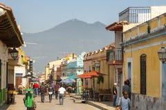 Gataplats San Cristobal De Las Casas, Mexico royaltyfri foto
