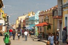 Gataplats San Cristobal De Las Casas, Mexico royaltyfri fotografi