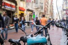 Gataplatsen för den selektiva fokusen med att passera för folk shoppar och bicylen Arkivbild