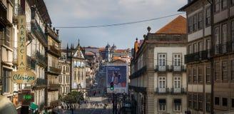 Gataplatsen i historiska Porto med gammalt shoppar tecknet Arkivbild
