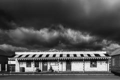 Gataplatsen, med antikviteten shoppar, mörka moln, i Sutherland monokrom royaltyfri foto