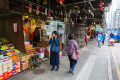 Gataplatsen med shoppar i Kowloon, Hong Kong Royaltyfria Foton