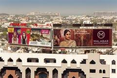 Gatareklamfilmer i den Dubai staden arkivfoton