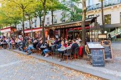 Gatarestauranger bredvid det Sorbonne universitetet i den latinska fjärdedelen, Paris, Frankrike Royaltyfria Bilder