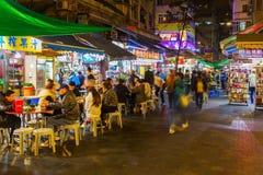 Gatarestauranger i Hong Kong på natten Arkivbild