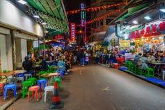Gatarestauranger i Hong Kong på natten Fotografering för Bildbyråer