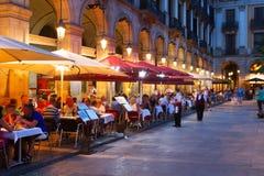 Gatarestauranger på Placa Reial i natt Barcelona Royaltyfri Fotografi