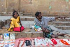 Gatasäljare på bankerna av det sakrala Gangeset River som säljer souvenir Arkivbild