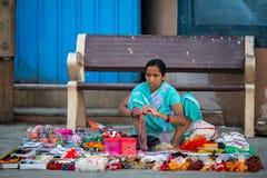Gatasäljare på bankerna av det sakrala Gangeset River som säljer souvenir Royaltyfria Foton
