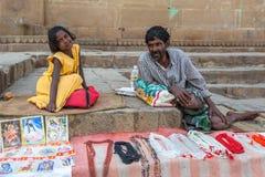 Gatasäljare på bankerna av det sakrala Gangeset River som säljer souvenir Royaltyfria Bilder