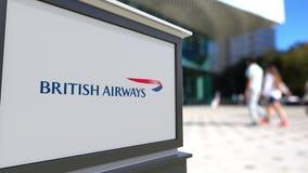 Gatasignagebräde med den British Airways logoen Suddig kontorsmitt och gå folkbakgrund Ledare 3D Royaltyfria Foton