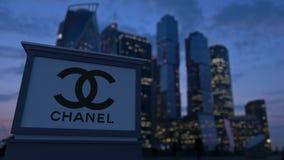 Gatasignagebräde med den Chanel logoen i aftonen Suddig bakgrund för skyskrapor för affärsområde Ledare 3 Royaltyfri Fotografi