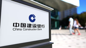 Gatasignagebräde med den China Construction Bank logoen Suddig kontorsmitt och gå folkbakgrund ledare stock illustrationer