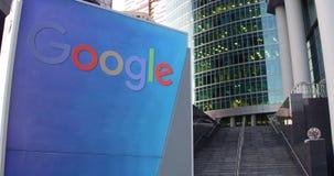 Gatasignagebräde med den Google logoen Modern kontorsmittskyskrapa och trappabakgrund Tolkning för ledare 4K 3D stock video