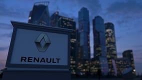 Gatasignagebräde med den Groupe Renault logoen i aftonen Suddig backgroun för skyskrapor för affärsområde Royaltyfri Bild