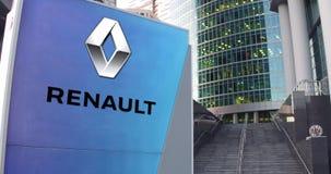 Gatasignagebräde med den Groupe Renault logoen Modern kontorsmittskyskrapa och trappabakgrund Ledare 3D Fotografering för Bildbyråer