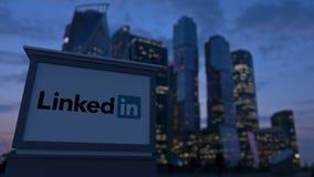 Gatasignagebräde med den LinkedIn logoen i aftonen Suddig bakgrund för skyskrapor för affärsområde Ledare 3 Arkivbilder