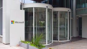 Gatasignagebräde med den Microsoft logoen byggande modernt kontor Tolkning för ledare 4K 3D stock video
