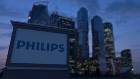 Gatasignagebräde med den Philips logoen i aftonen Suddig bakgrund för skyskrapor för affärsområde Ledare 3 Fotografering för Bildbyråer
