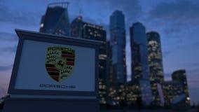 Gatasignagebräde med den Porsche logoen i aftonen Suddig bakgrund för skyskrapor för affärsområde Ledare 3 Royaltyfria Foton