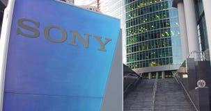 Gatasignagebräde med den Sony Corporation logoen Modern kontorsmittskyskrapa och trappabakgrund Ledare 3D Arkivbild