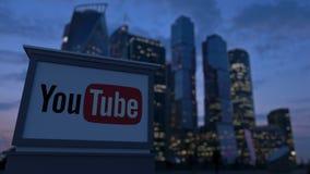 Gatasignagebräde med den Youtube logoen i aftonen Suddig bakgrund för skyskrapor för affärsområde Ledare 3 Arkivfoto