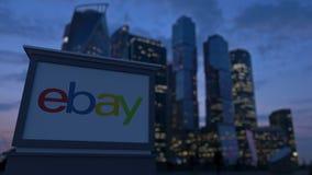 Gatasignagebräde med eBay Inc logo i aftonen Suddig bakgrund för skyskrapor för affärsområde Ledare 3 Fotografering för Bildbyråer